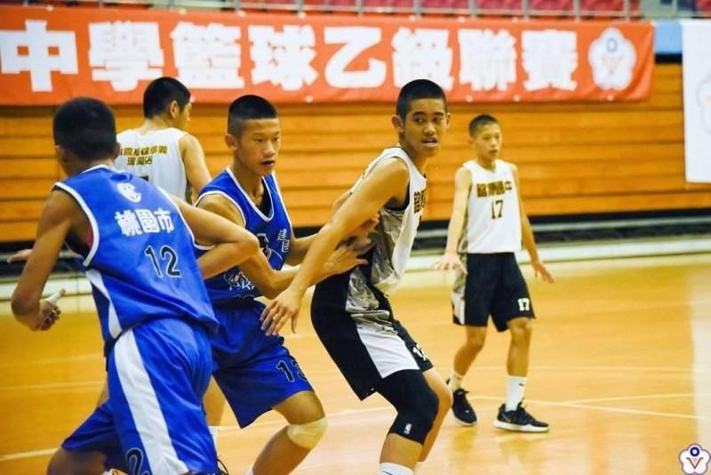 銘傳國中籃球隊前鋒林柏仲(右二)不僅球藝好,學業成績佳,國中會考成績33.8分分,已經錄取建中體育班。(記者俞肇福翻攝)