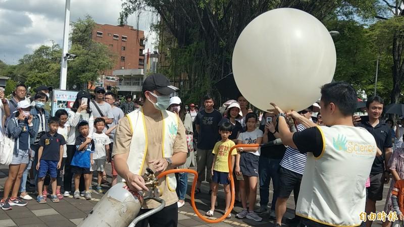 成功大學在日食發生期間施放2顆探空氣球,量測高空氣溫的變化。(記者劉婉君攝)