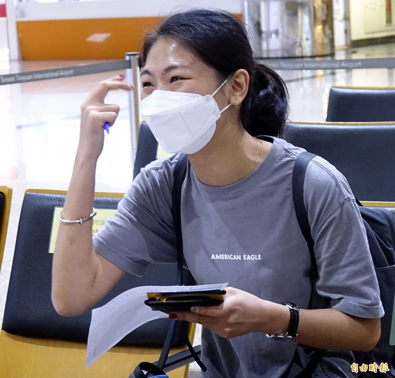 文化大學觀光事業學系鄭姓女學生表示,想留在台灣工作,原本計劃畢業後想考空服員,但因為疫情因素,許多航空公司招考也都中斷,因此可能會先從事觀光業再說。(記者朱沛雄攝)