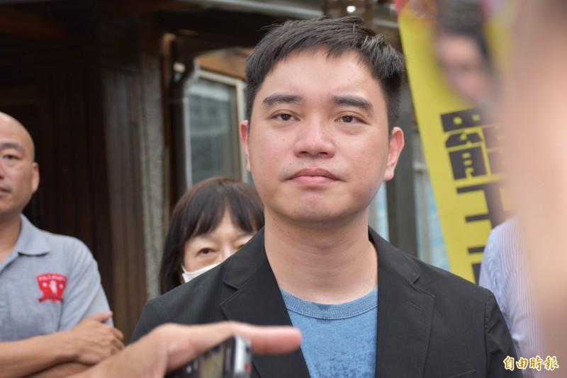「罷免王浩宇」總部領銜人唐平榮,說明罷王緣由和進度。(記者李容萍攝)