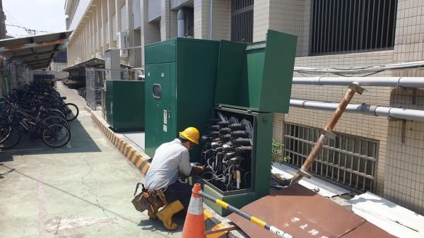 台電人員進行考場電力設備巡檢工作。(台電提供)
