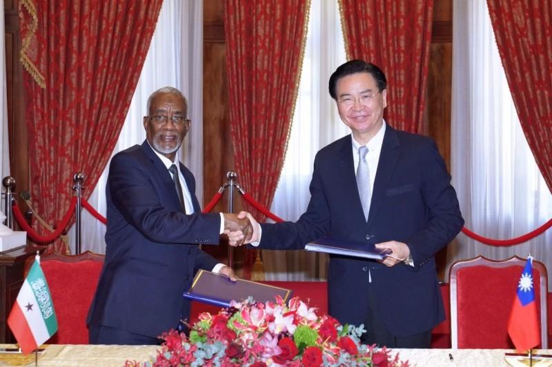 外交部長吳釗燮與索馬利蘭外長穆雅辛簽署雙邊議定書,同意互設官方代表機構。(外交部提供)
