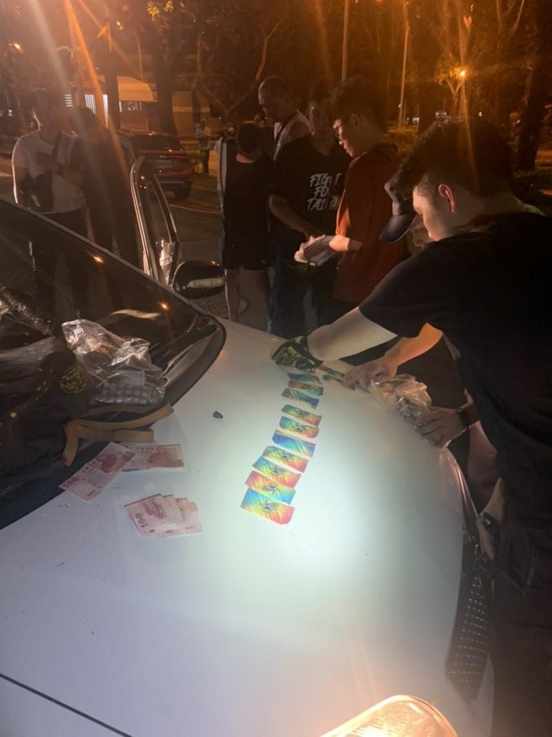 嘉義市警局警方逮捕毒販,查獲大量毒品咖啡包 。(記者林宜樟翻攝)