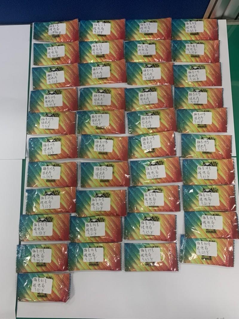 嘉義市警局警方逮捕毒販,查獲大量毒品咖啡包。(記者林宜樟翻攝)