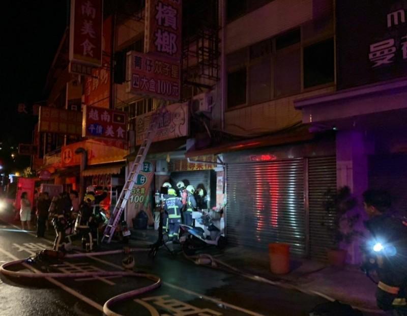 台中太平中山路一間檳榔攤今天凌晨起火,消防人員出動50多人到場搶救。(記者陳建志翻攝)