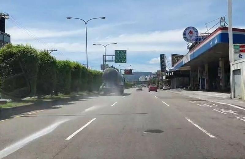 用路人行經苗栗縣台6線的苗栗公館交流道路段,拍攝到1輛槽車,沿途滲漏粉狀不明物體。(民眾提供)