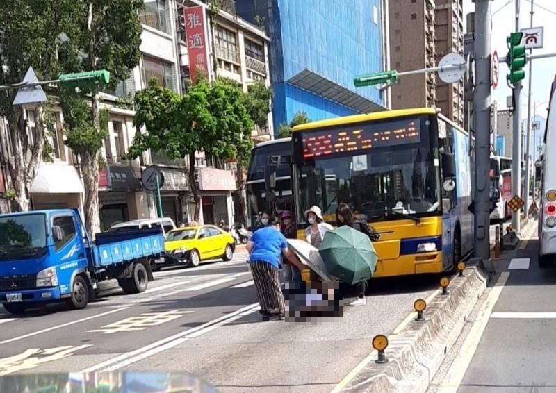 黃姓老婦被公車撞擊後倒地昏迷。(民眾提供)