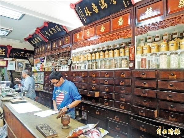 歷史悠久的漢藥店多採家族世代傳承或師徒制。  (記者劉婉君攝)