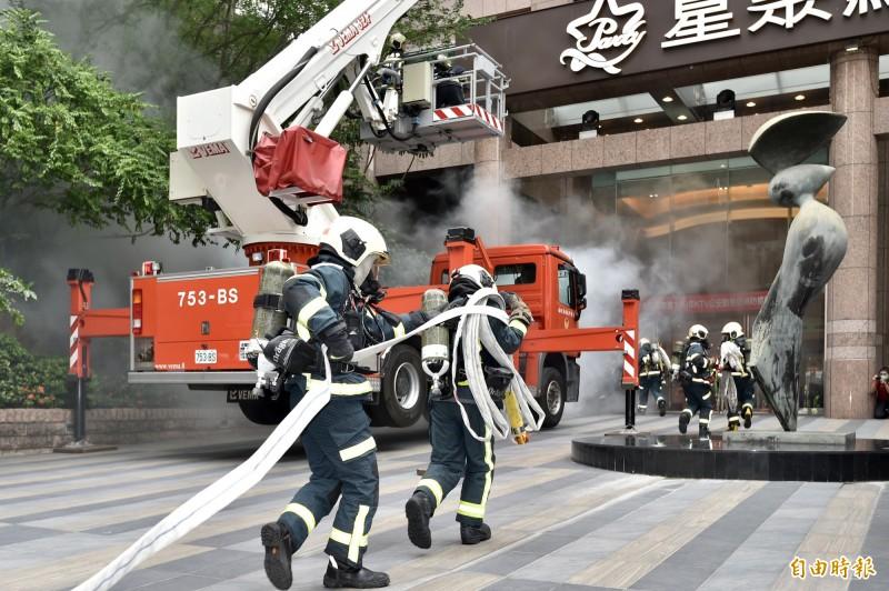 台北市消防局今2日舉辦「KTV公安動態暨消防搶救示範演練」。(記者塗建榮攝)