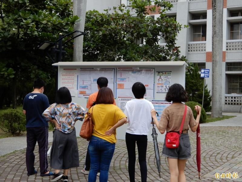 大學指考南投考區只有410名考生,人數再創新低,2日開放看試場,前來的人數不多。(記者陳鳳麗攝)