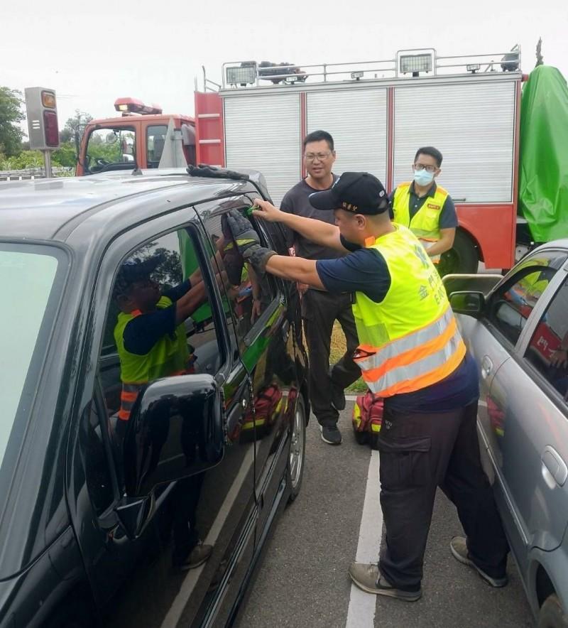 金城消防隊使用擊碎器破壞後方車窗,準備將車內小朋友救出。(圖由金城消防隊提供)