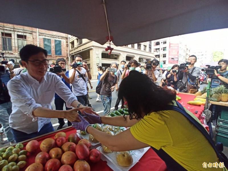 民進黨高雄市長參選人陳其邁一早到鹽埕市場拜票。(記者黃佳琳攝)