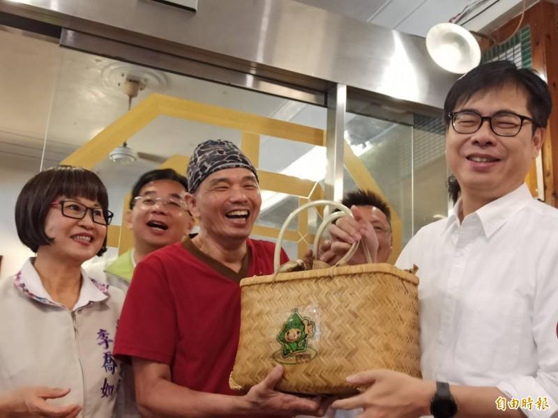 民進黨高雄市長參選人陳其邁到鹽埕知名肉粽店吃早餐和老闆話家常。(記者黃佳琳攝)