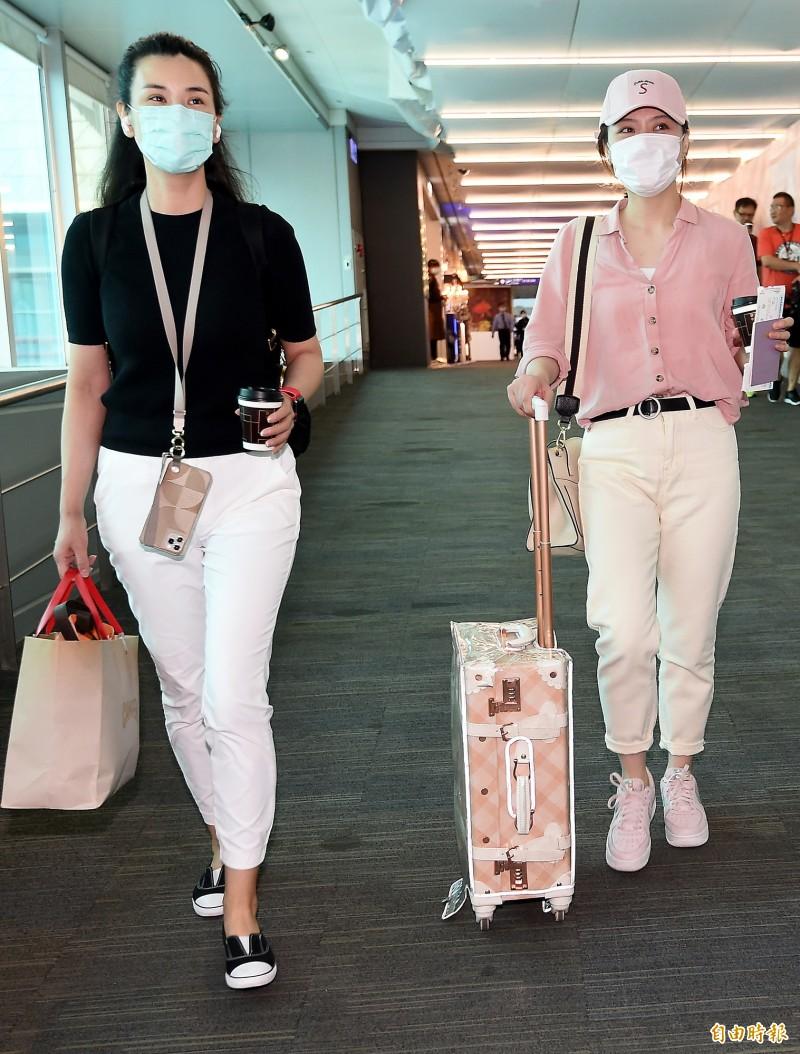中國官媒「東南衛視」違反相關法令在台錄製政論節目,兩名駐點記者艾珂竹(左)、盧薔(右)被廢止記者證與入境許可證,並限期於3日離境,遭廢止記者證的兩名記者3日上午搭乘廈門航空班機離境。(記者朱沛雄攝)