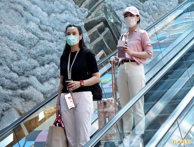 中國官媒「東南衛視」違反相關法令在台錄製政論節目,兩名駐點記者艾珂竹(左)、盧薔(右)被廢止記者證與入境許可證,今天上午搭乘廈門航空班機離境。(記者朱沛雄攝)