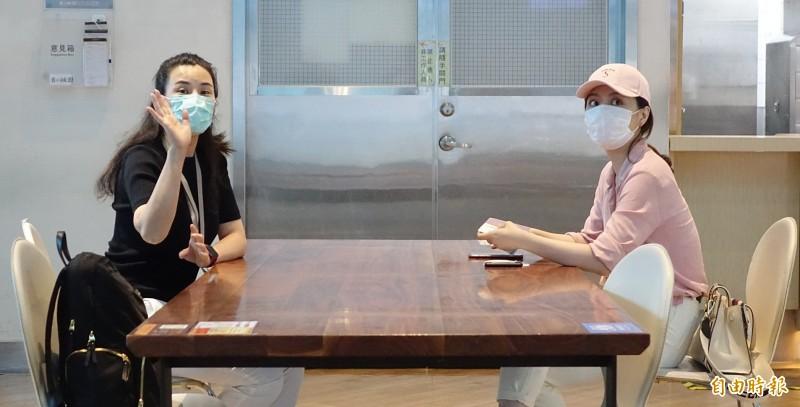 中國官媒「東南衛視」違反相關法令在台錄製政論節目,兩名駐點記者艾珂竹(左)、盧薔(右)被廢止記者證與入境許可證,並限期於3日離境。(記者朱沛雄攝)