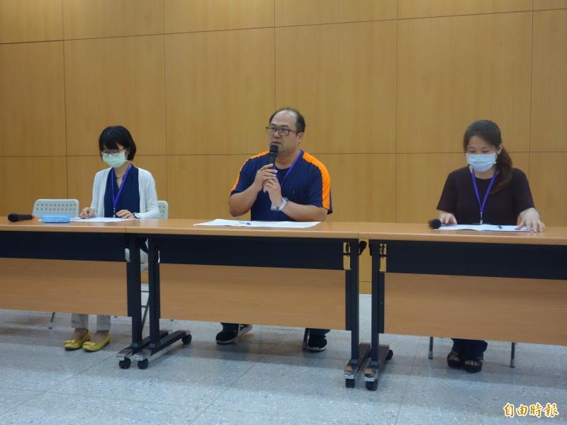 台北市高中化學科教師群來到大考中心,協助今年指考化學科解題並評論。(記者吳柏軒攝)