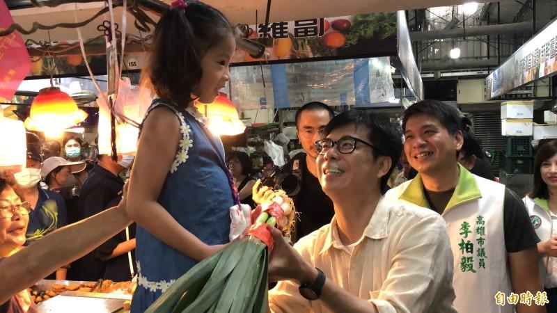 陳其邁到左營哈囉市場拜票,小女孩送上大蒜祝他凍蒜!(記者許麗娟攝)