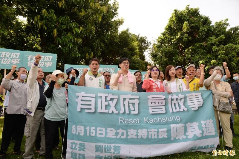 陳其邁與支持者合照高喊選舉口號:「有政府.會做事」。(記者許麗娟攝)
