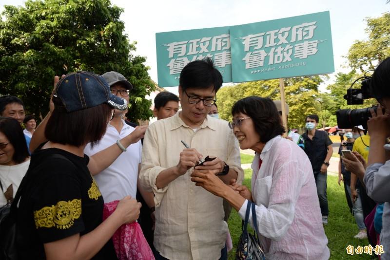 熱請民眾向陳其邁要簽名。(記者許麗娟攝)