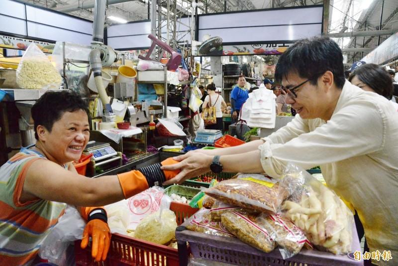 陳其邁在哈囉市場與攤商握手。(記者許麗娟攝)