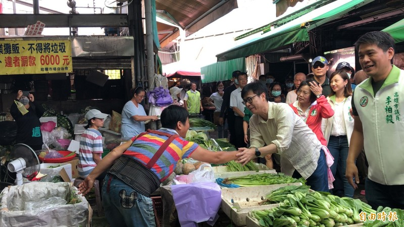 陳其邁在哈囉市場受到熱烈歡迎。(記者許麗娟攝)