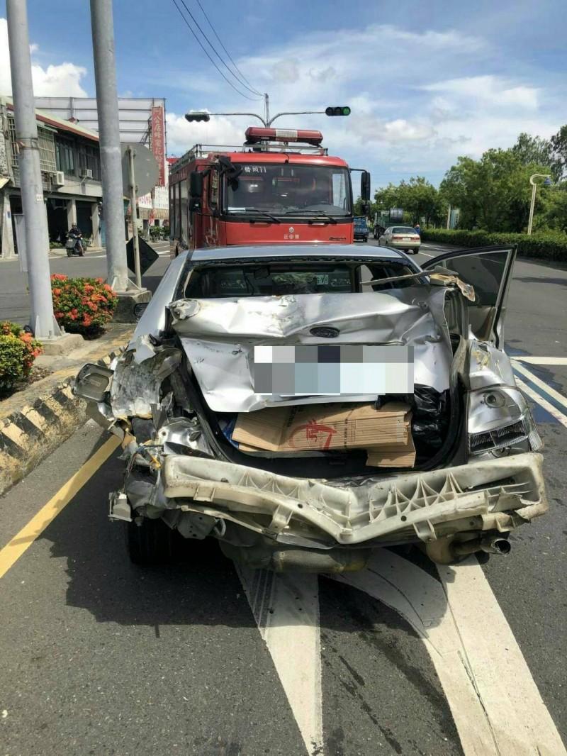 遭推撞的小客車後方車體扭曲變形。(記者許麗娟翻攝)