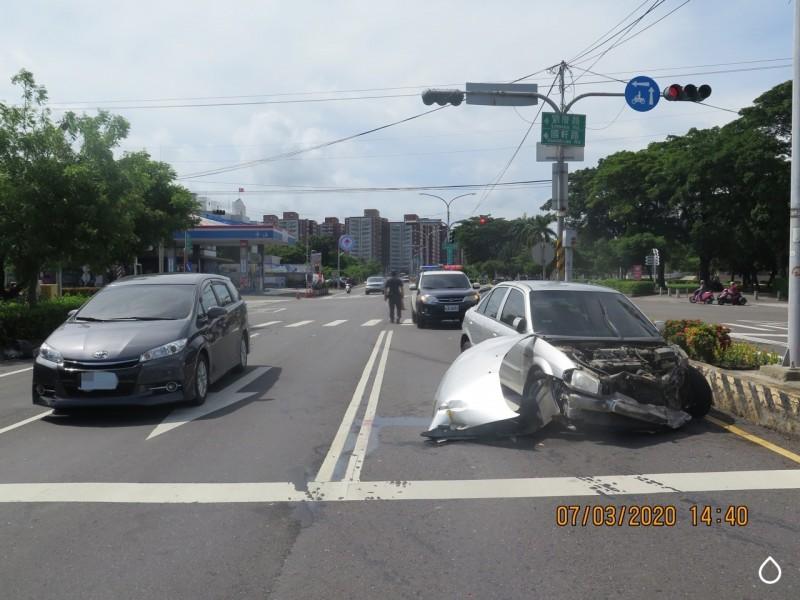 小客車被推撞後再撞上曳引車,造成車體引擎蓋脫落。(記者許麗娟翻攝)