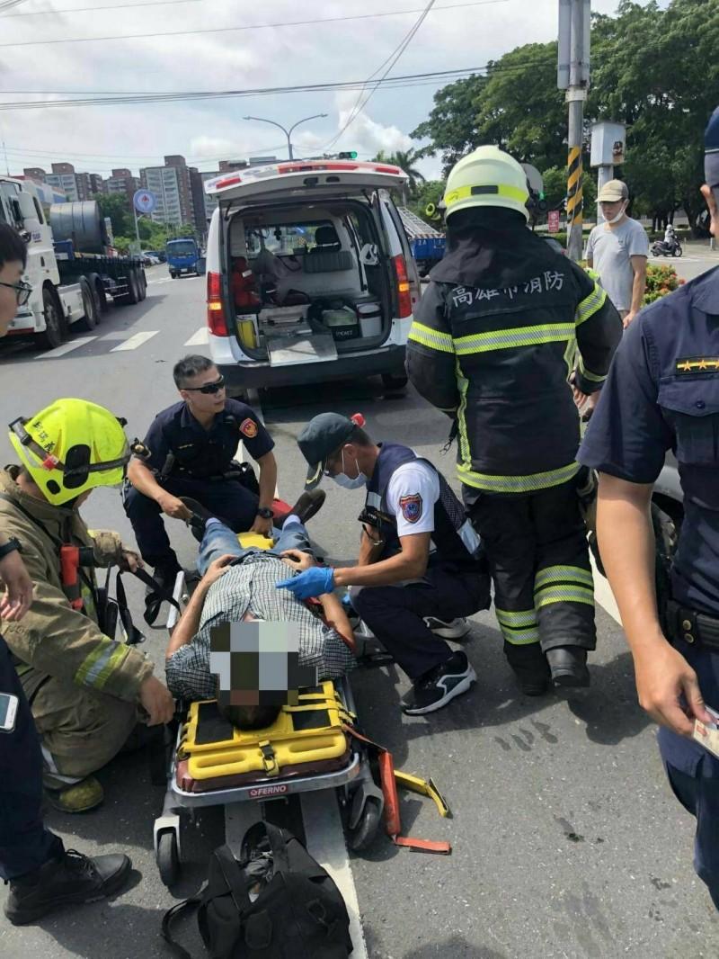 小客車駕駛被救出送醫治療,幸僅受輕傷。(記者許麗娟翻攝)