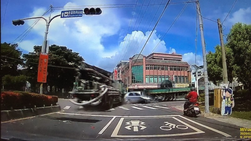 小客車被推撞再撞及大貨車。(翻攝自岡山人臉書社團)