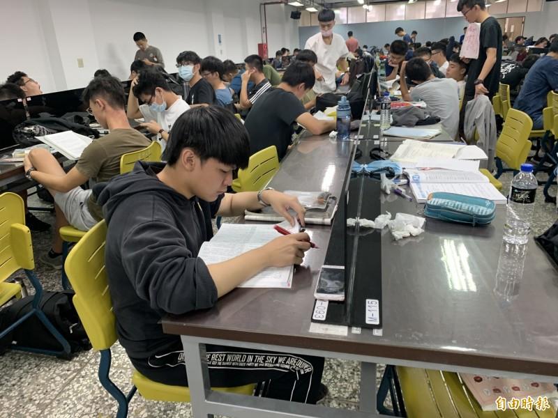 今年指考國文科,閱讀測驗多、白話文占8成。(記者蔡淑媛攝)