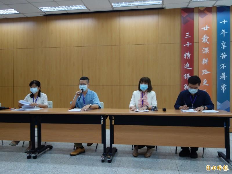 台北市高中國文科教師群協助大考中心,解析109年指考國文科試題,認為文言文比例提高,是近3年的難題。(記者吳柏軒攝)