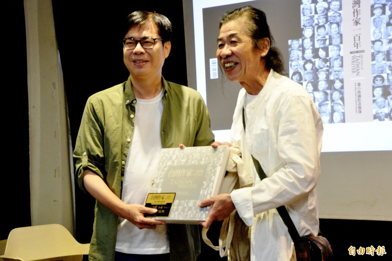 陳其邁出席社運攝影作家潘小俠(右)的新書座談會。(記者許麗娟攝)