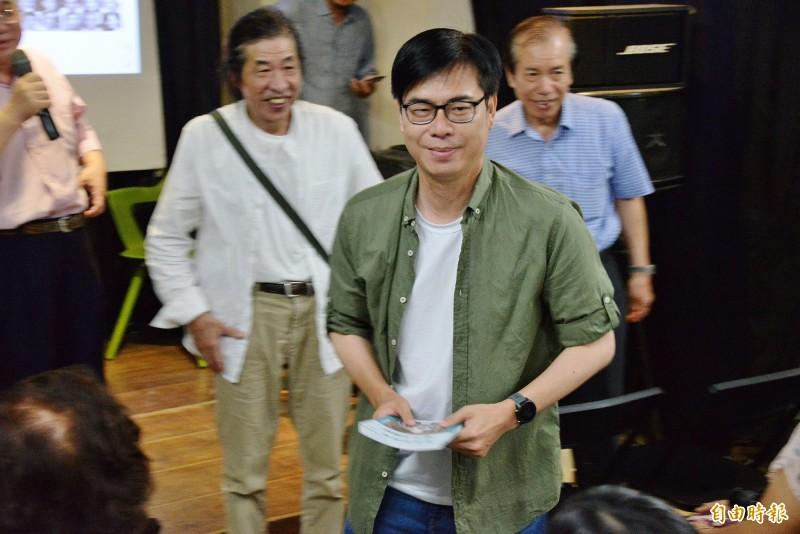 陳其邁參加攝影作家潘小俠的新書座談會,受到現場歡迎。(記者許麗娟攝)