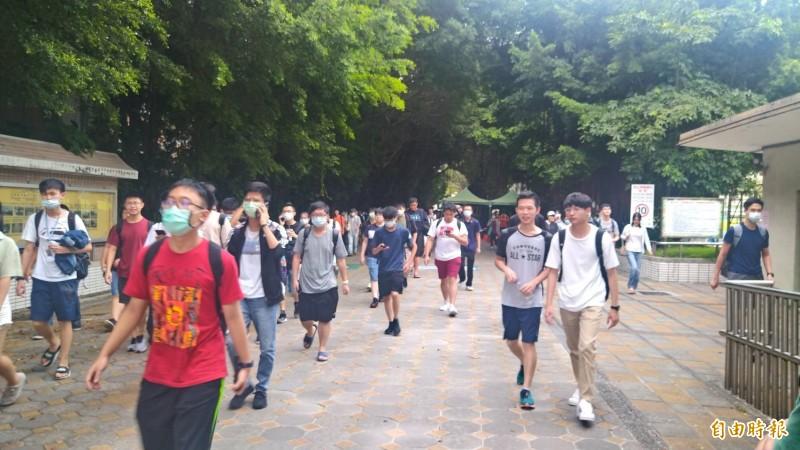 大學指考第2天結束,考生一一步出考場,帶著輕鬆心情回家。(記者蔡亞樺攝)