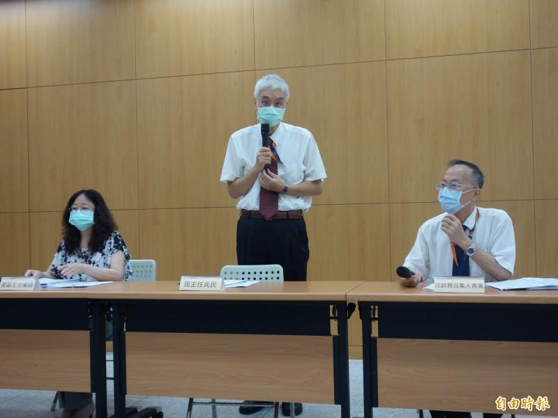 大考中心主任周兆民(中)指出,今年因為武漢肺炎疫情,指考需進行相關防疫措施。(記者吳柏軒攝)