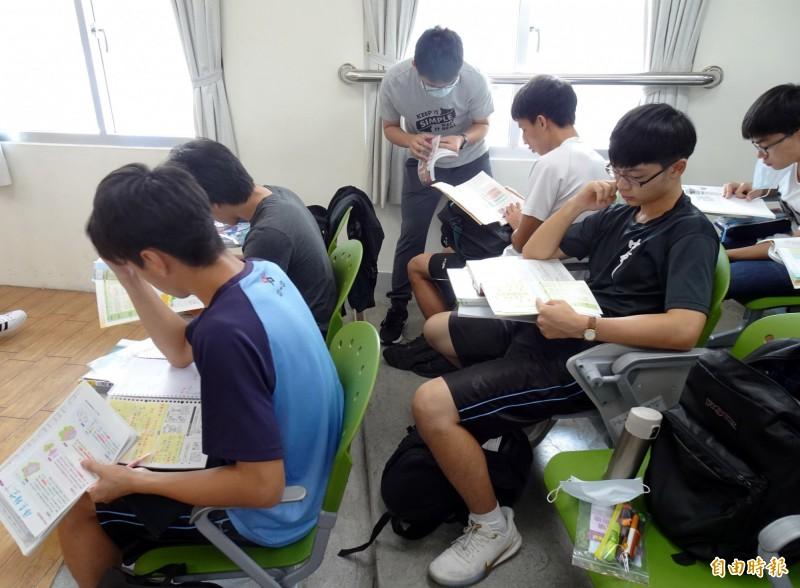 大學指考考生把握時間溫習,做最後衝刺。(記者張菁雅攝)