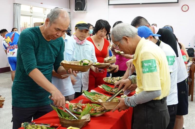 遊客參加花蓮市公所規劃的「奇萊玩一夏」遊程,騎鐵馬遊花蓮還能享受原住民風味料理。(圖由花蓮市公所提供)