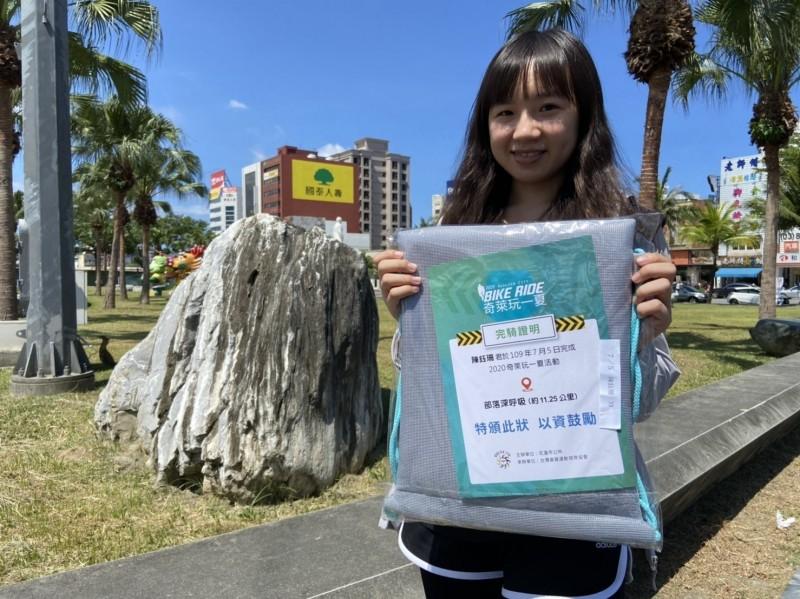 遊客參加完騎鐵馬遊花蓮市的「奇萊玩一夏」遊程後,還能獲得完騎證明書。(圖由花蓮市公所提供)