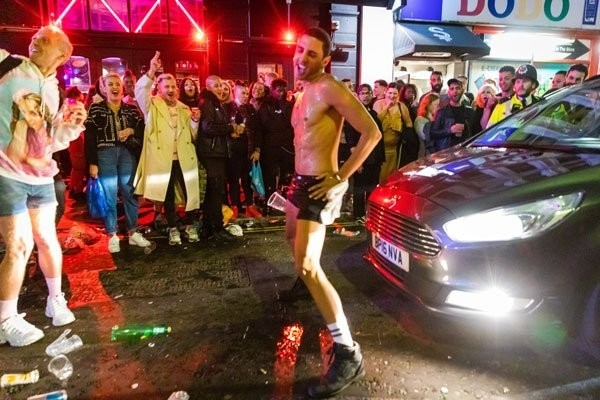 倫敦酒吧重開人山人海,街頭也擠滿狂歡的人潮。(歐新社)<b>☆飲酒過量  有害健康  禁止酒駕☆</b>