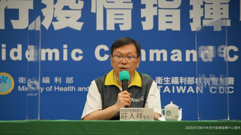 指揮中心發言人莊人祥說明轉機確診個案在台情形。(指揮中心提供)