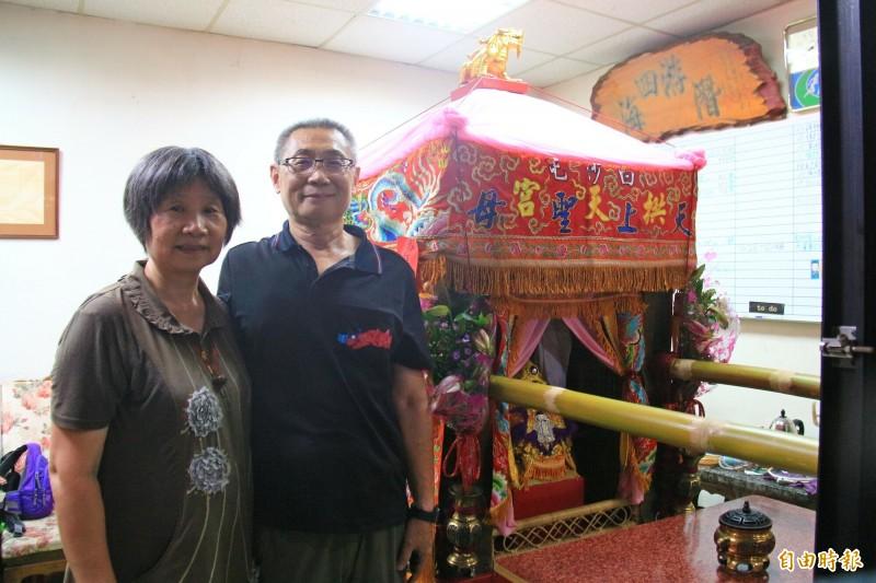宏泰汽車商行老闆黃永溱(右)表示,設香案多年,白沙屯第一次停下還駐駕,感到相當開心。(記者陳冠備攝)
