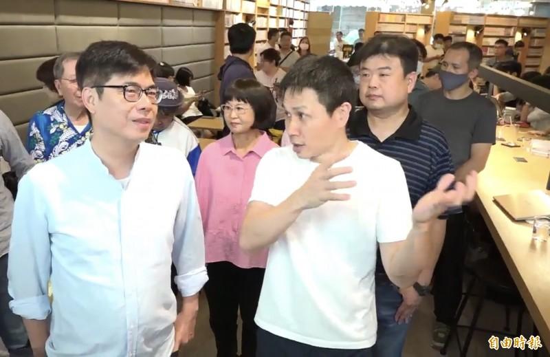 陳其邁今午到鹽埕BOOKING書店參訪,一起和好友書店老闆李昆霖(右)聊天。(記者李惠洲攝)