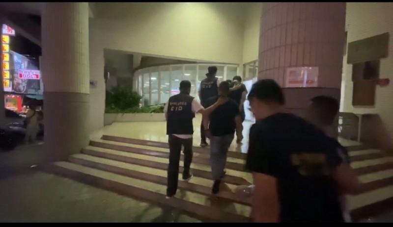 警方3小時內將6名惡煞全數緝捕到案。(記者許國楨翻攝)