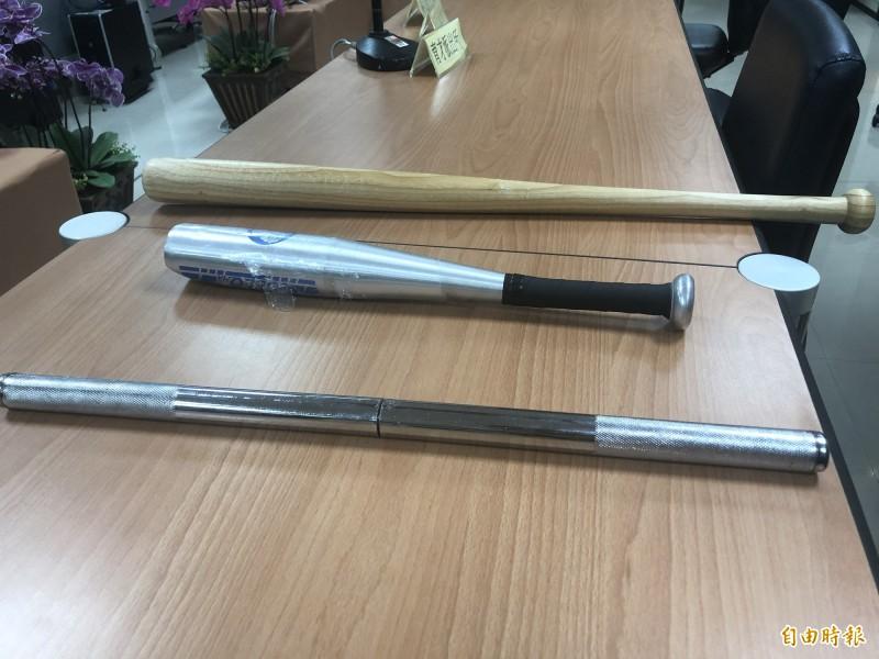 警方起出犯案用的棍棒。(記者許國楨攝)