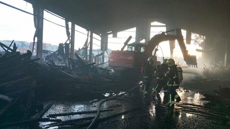 羅東木材廠火勢控制後,廠房只剩焦黑木炭。(記者張議晨翻攝)