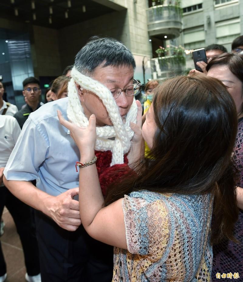 台北市長柯文哲10日上午出席「2020天下第一攤金賞獎」頒獎典禮,攤商向市長介紹產品時相當熱情。(記者方賓照攝)