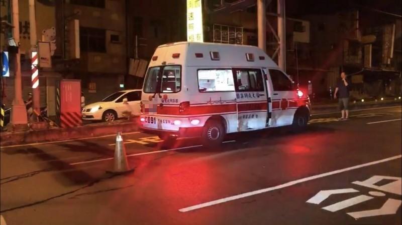 台南市消防局1輛救護車今凌晨載送一名婦人送醫時,途中與自小客車發生車禍,造成救護車內3人受傷。(記者萬于甄攝)