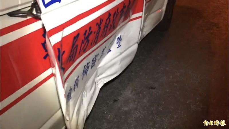 救護車右側因撞擊凹陷。(記者萬于甄攝)