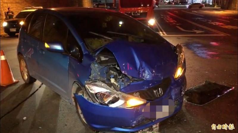 自小客車車頭、前保險桿也幾乎損毀。(記者萬于甄攝)